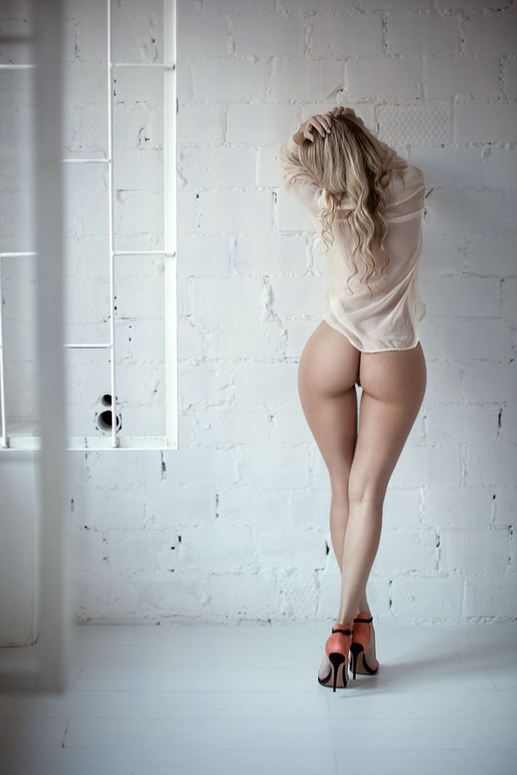 Long legs rear view nude and shame!