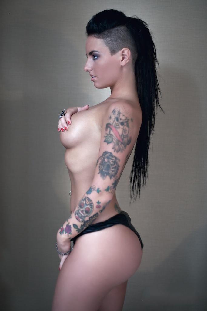 Знаменитая порнозвезда в татуировках