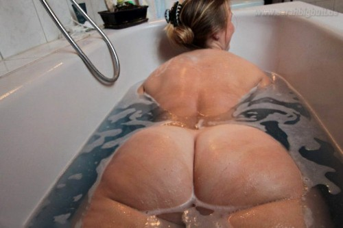 bathtub-big-booties-10c