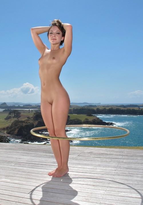 Голая девушка с обручем фото