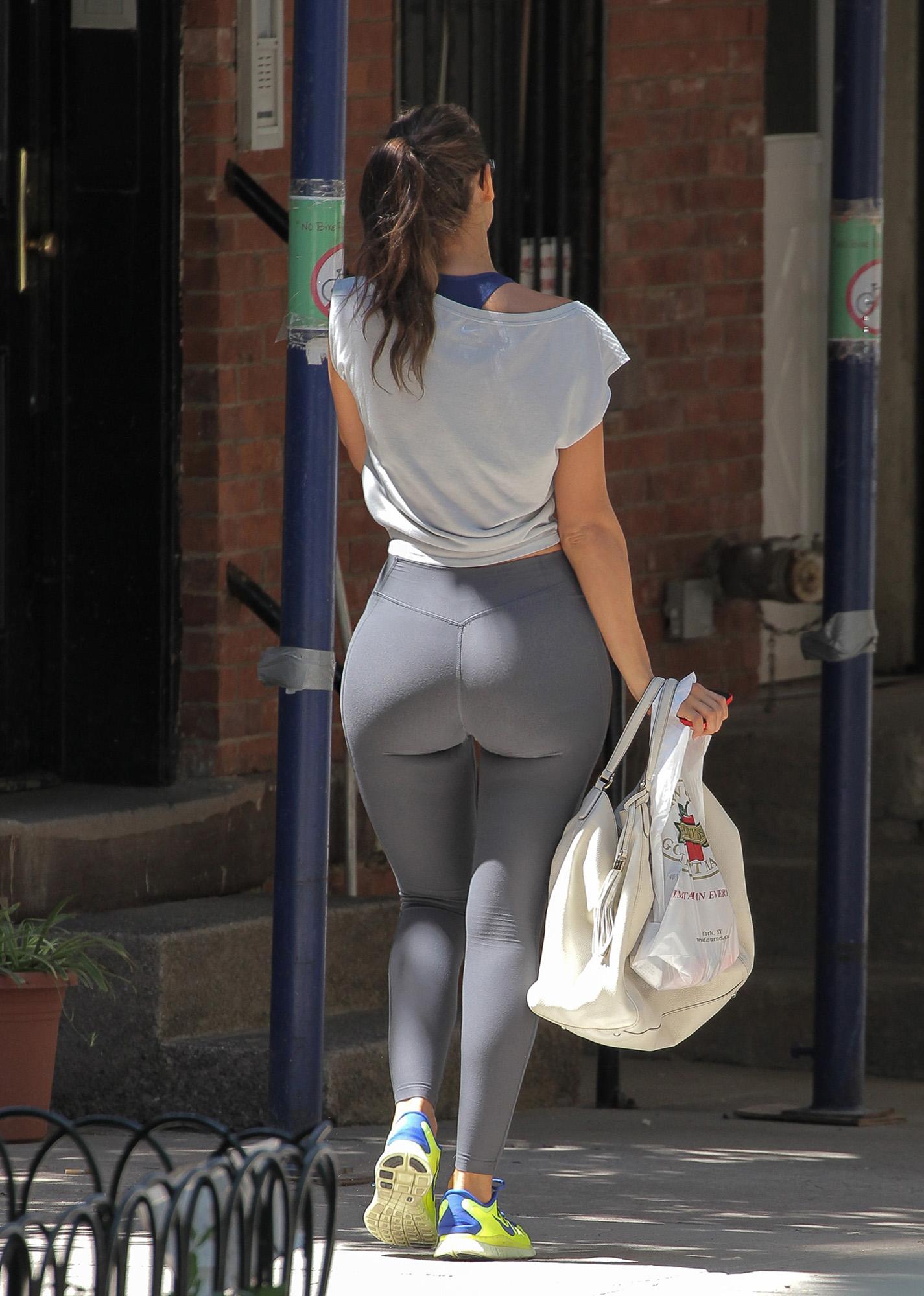 Огромные женские попки на улицах фото