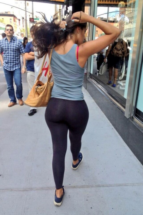 Girl in Tights with Perfect Butt Doing Yoga - Sexy Candid