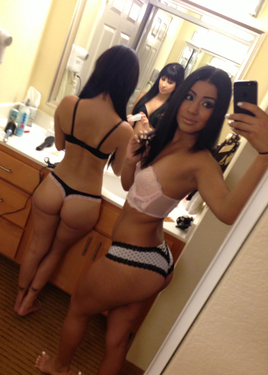 two-naked-girls-selfie