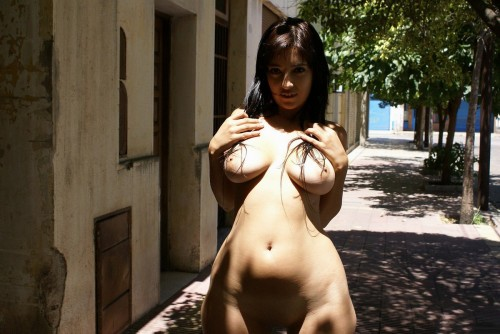thick-argentinian-public-nude-3