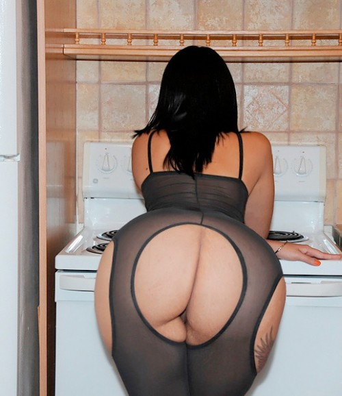 big-booties-in-the-kitchen-p4-13
