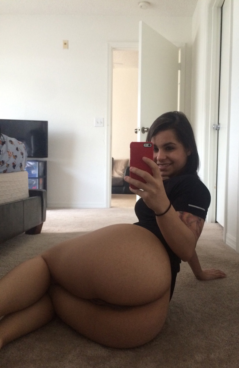 naked-big-butt-woman-selfies-ipad-lesbian-videos