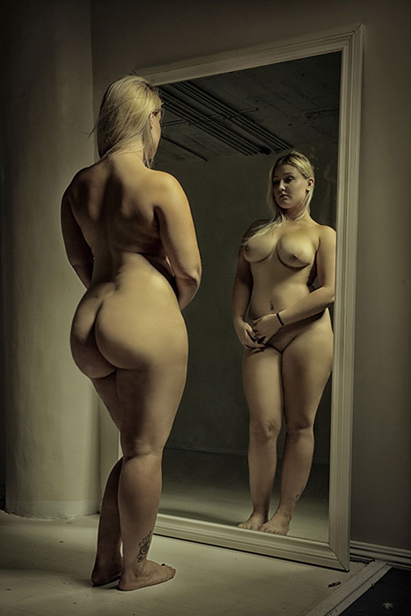 naked women with large hips