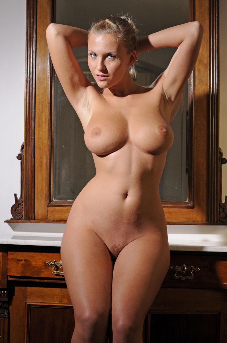 Girl with big hips perfect body naked — pic 13
